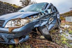 有残破的挡风玻璃、轨破裂和警察障碍带的总损失汽车 库存照片