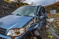 有残破的挡风玻璃、轨破裂和警察障碍带的总损失汽车 免版税库存照片