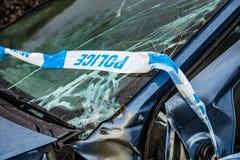 有残破的挡风玻璃、轨破裂和警察障碍带的总损失汽车 图库摄影