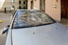 有残破的挡风玻璃的汽车 免版税库存照片