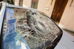 有残破的挡风玻璃的汽车 库存图片