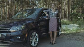 有残破的汽车的女实业家要求协助 股票视频