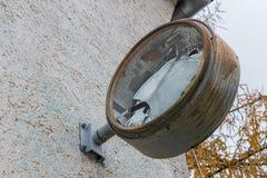 有残破的玻璃和拨号盘的老生锈的时钟 免版税库存照片