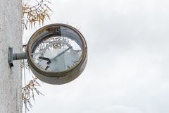 有残破的玻璃和拨号盘的老生锈的时钟 免版税库存图片