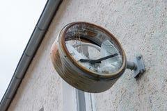 有残破的玻璃和拨号盘的老生锈的时钟 库存照片