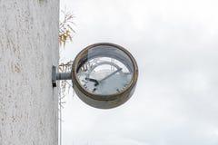 有残破的玻璃和拨号盘的老生锈的时钟 免版税图库摄影