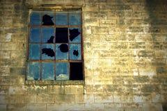 有残破的窗口的织地不很细墙壁 免版税库存图片