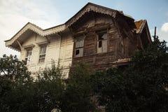 有残破的视窗的被放弃的房子 免版税库存图片