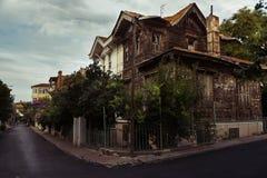 有残破的视窗的被放弃的房子 免版税库存照片