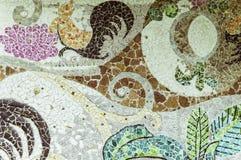 有残破的陶瓷板材片段的墙壁 库存照片