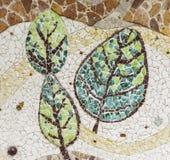 有残破的陶瓷板材片段的墙壁 免版税库存照片