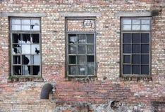 有残破的Windows的老房子将被拆毁的房子 免版税库存图片