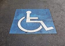 有残障的停车位符号 库存图片