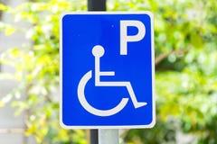 有残障的停车场标志特写镜头  免版税库存图片