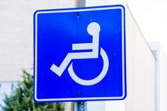 有残障的停车场标志 免版税图库摄影