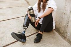 有残障的妇女播种的照片有利用仿生学的腿在streetwe 库存图片