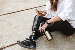 有残障的妇女播种的照片有的streetwear的利用仿生学的l 库存照片