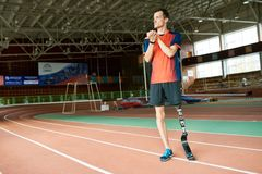 有残障的赛跑者准备好训练在体育场内 免版税库存照片