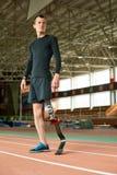 有残障的运动员准备好训练在体育场内 库存图片