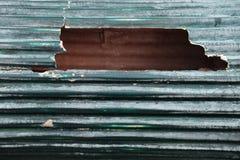 有残破的孔的老屋顶 免版税库存图片