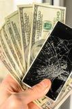 有残破的屏幕的白色智能手机在人的手上 库存图片