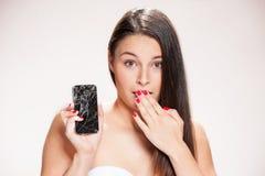 有残破的智能手机的少妇 库存照片