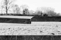 有残破的板条片断的老木篱芭 库存图片
