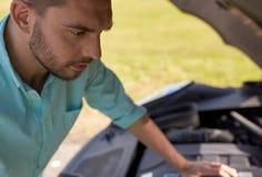 有残破的汽车开放敞篷的人在乡下的 免版税库存照片