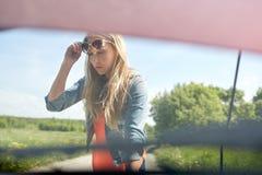 有残破的汽车开放敞篷的妇女在乡下的 免版税图库摄影