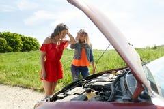 有残破的汽车开放敞篷的妇女在乡下的 免版税库存照片