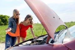 有残破的汽车开放敞篷的妇女在乡下的 图库摄影