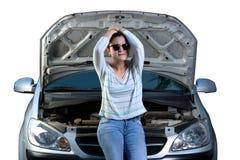 有残破的汽车的生气女孩 免版税库存照片