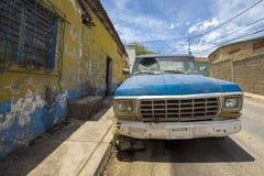 有残破的窗口的老葡萄酒汽车在玛格丽塔街道是 库存照片