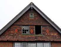 有残破的窗口的老被放弃的房子 库存图片