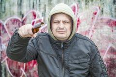 有残破的玻璃啤酒瓶的人 免版税库存照片