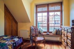 有殖民地样式扶手椅子的室 免版税库存照片