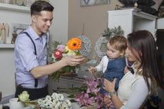有母亲和孩子的花卖主 免版税库存照片