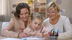 有母亲和老婆婆画的铅笔的愉快的孩子微笑在照相机,家庭的 股票录像