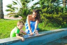 有母亲开会和笑的男孩 一起使用 免版税库存照片