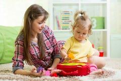 有母亲戏剧的婴孩与教育玩具 免版税库存照片