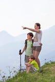 有母亲的两个男孩站立在山顶部 免版税库存照片