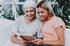 有母亲的妇女 癌症 宽恕 诊所 免版税图库摄影