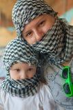 有母亲的小女孩流浪的方巾的 免版税库存照片