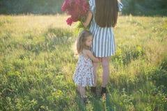 有母亲的小女孩 免版税库存图片