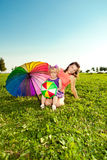 有母亲的逗人喜爱的小女孩上色了气球和彩虹umbrel 免版税库存图片