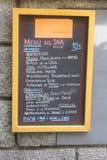 有每日西班牙人菜单的黑板 库存照片