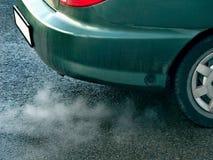 有毒性内燃机尾气的老肮脏的汽车 免版税库存图片