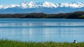有比利牛斯山的湖Gabas在背景中 免版税图库摄影
