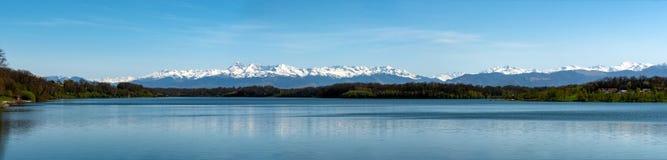 有比利牛斯山的湖Gabas在背景中 图库摄影
