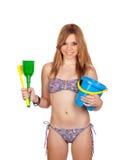有比基尼泳装和玩具的年轻偶然女孩海滩的 免版税图库摄影